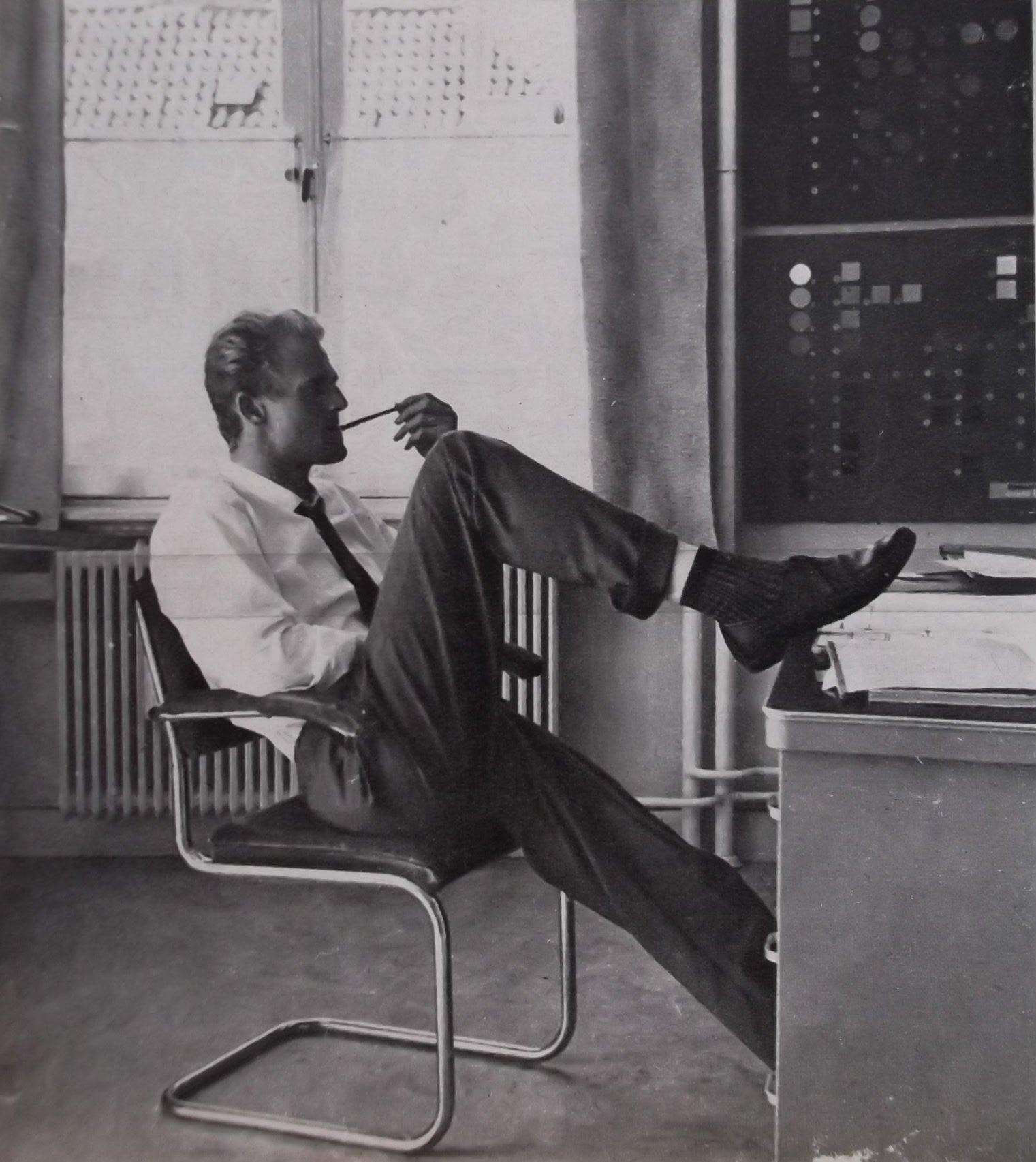 Jan van der Does in de Emmatraat, Hilversum. Foto uit de TeleVisier van 5-5-1962. (Archief Jan van der Does)