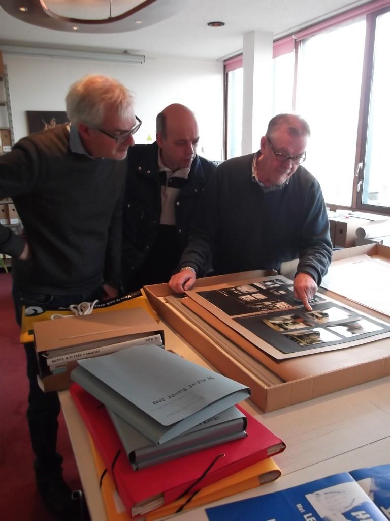 Soeluh van den Berg en Piet Dirkx van EYE bekijken de schenking van Freek Biesiot.