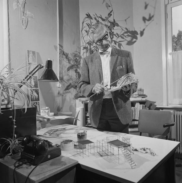 Koenraads poseert in 1967 voor de tv-expositie Open Beeld. Collectie Beeld en Geluid