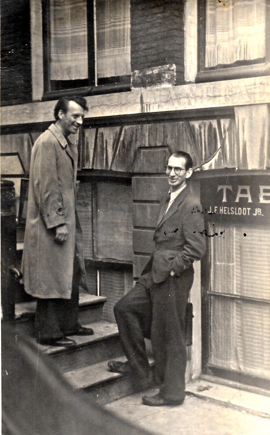 Jacques Dumont en Weynand Grijzen op de stoep van hun appartement aan de Oudezijds voorburgwal.