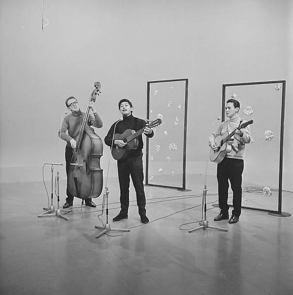 Ben Hulskamp (midden), optreden van het Trio Ben Hulskamp voor de KRO op 13-12-1966. Fotocollectie Beeld en Geluid