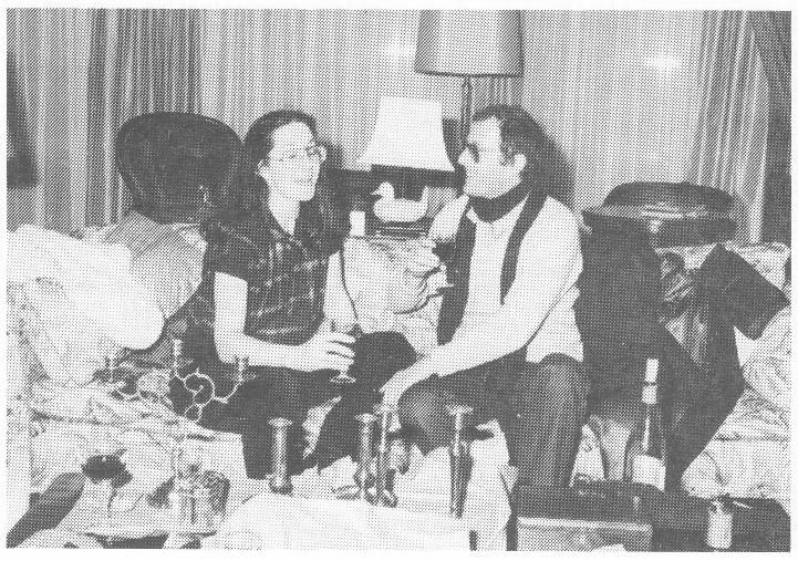 Mias Schlosser en regisseur Andre Wilson in de set van De Fabriek (TROS, 1981). Foto gepubliceerd in DTF Magazine van 1-10-81. Met dank aan Leo Ooijkaas